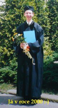 Moje vlastní promoce v roce 2000. :-) Červený diplom mi unikl o jednu dvojku v prváku....